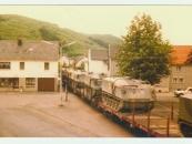 Anno 1981 - ein Panzerzug rollt durch Olef.