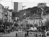 Fahnenaktion mit den 26 Fahnen aller Schweizer Kantone in der Schleidener Innenstadt.   BILD: HEINEN