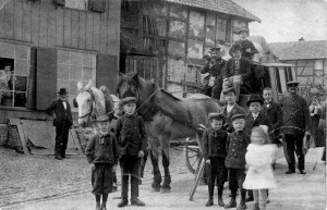 Die Postkutsche mit dem Postillon und seinem Posthorn in Dreiborn. Vermutl. vor 1910. Bild: Sammlung GFS