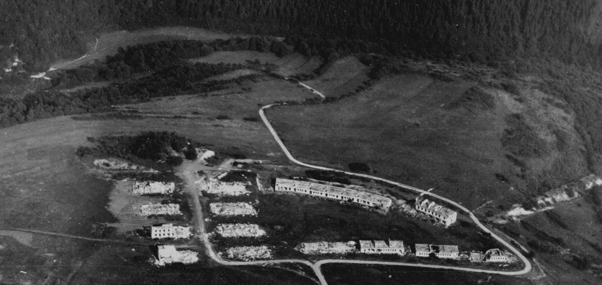 Das bereits teilweise zerstörte 'Dorf Vogelsang' wenige Jahre nach dem Beginn der Manöver im Truppenübungsplatz. Foto: Sammlung Heinen