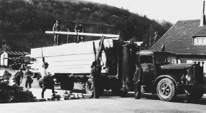 """Das Sägewerk Dartenne auf Gangfort am 18. April 1952.. Bei dem Holzvergaser-Lkw handelt es sich um einen französischen Berliet. Nach dem Krieg wollten die Franzosen das - von Dartenne bereits bezahlte - Fahrzeug zurück haben. Damals baute das Dartenne-Team in kürzester Zeit aus den überall herumliegenden Schrottlastwagen einen """"neuen"""" Berliet"""", den sie an die Franzosen auslieferten. Der richtige Lkw blieb vorerst unter Stroh versteckt. Für eine Fahrt nach Köln brauchte der Holzvergaser 30 Sack Tankholz mit kleinen Buchenholzstücken. War der Ofen kalt, dauerte es drei Stunden, bis der Wagen startklar war."""