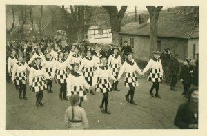 bild2 Fußgruppe im Olefer Karnevalszug in den Nachriegsjahren